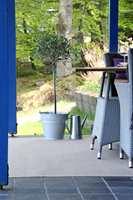 Fliser er også fint i nærhet til natur. Her med fliser fra Golvabia.