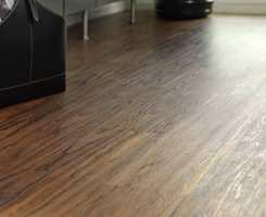 Laminatgulv på en kjerne av trefiberplate kan være gode på kjøkkenet. Korken på baksiden gir gulvet en god svikt, og et øvre korksjikt demper lyd og støt. Et dekorsjikt gir gulvet dets utseende. (Golvabia)
