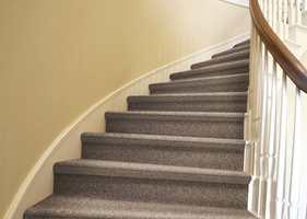 Det er viktig å sikre trappen, slik at den ikke er for glatt. (Foto: Golvabia)