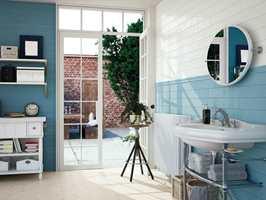 Her kan du tilføre veggene farge! Rene blåtoner passer fint på badet. Disse flisene kombinerer det moderne formatet 10x30, med tradisjonell struktur og eleganse. (Foto: Golvabia)
