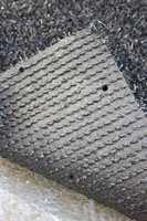 Tepper med perforert bakside gjør at vannet kan slippe gjennom.