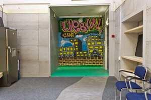 <b>INNOVATIVT: </b>Rommet er innredet med produkter fra selskapsgruppens sortiment, med Beton Cire på gulvet, våtromsplater på veggen og en fondvegg spraymalt av en grafittikunstner.