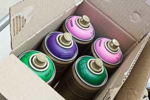 <b> FARGERIKT:</b> Tegnesenteret lagerfører 100 ulike farger, og malingene er matte og både renner og lukter lite.