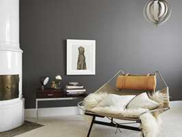 EKSKLUSIVT: En matt flate får et fint fargespill og et eksklusivt utseende. Her er stueveggen malt med Elegant Veggmaling Helmatt, i fargen Gråsten fra Beckers.