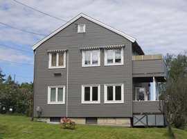 Den lyse fargen forstørrer og framhever vinduene. For øvrig er det ikke mye staffasje som fortjener å bli markert på denne typen hus.