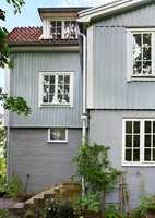 <b>PÅVIRKES:</b> Fargene påvirkes av omgivelsene, så en farge som ser grå ut på fargeprøven, kan oppleves blå på huset.