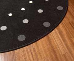 Teppet har en fin form som bryter med alle rette vinkler. Det har også en spennende design.