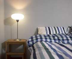 Soverommet har også grå hovedfarge og enkel innredning.