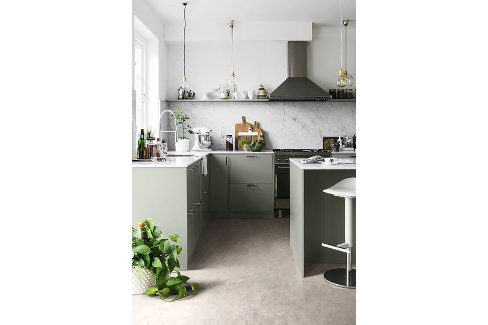 <b>GREEN FACTORY: </b>Vinylgulvet Tarkett Extra Stylish Concrete Light Grey i et moderne betongdesign – et praktisk og slitesterkt gulv.