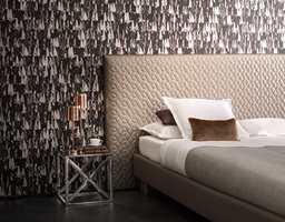 Nøytrale farger trenger ikke å være kjedelig. Bruk mørke, nøytrale farger for en mer dramatisk effekt. Lag-på-lag mønsteret på veggene bidrar til å skape spenning på soverommet.