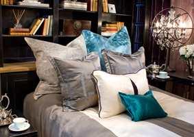 En liten, men fargerik pute kan være det som endrer hele rommets uttrykk.