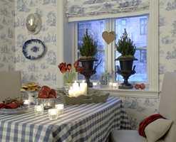 Kjøkkenet  i den klassiske bygården på Frogner er pyntet til jul. Gardiner og tapetet fra Green Apple har samme vakre mønster som passer til den klassiske stilen.