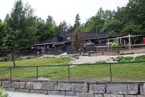 Langt ute på landet, lang inne i skogen på Onsøy i Fredrikstad kommune, kommer vi plutselig til en barnehage, Naturbarna barnehage omgitt av jorder med hester og mange andre dyr.