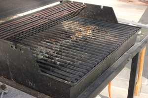 Grillsesongen tærer på jernet. Det finnes gode produkter som er spesielt laget for å fjerne sot og fett. Foto: Krefting