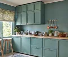 <b>ROLIG:</b> Kjøkkenet er malt i fargen Stillhet som har et grålig slør over seg. Fargen kan fremstå elegant, urban og raffinert.