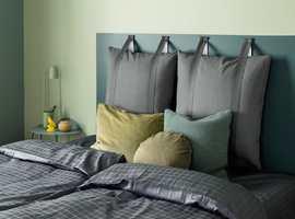 <b>RO:</b> Med matte, sotede grønnfarger ton-i-ton blir det ro på soverommet. Farger fra Butinox.