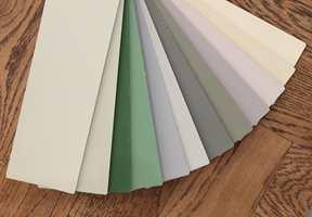 <b>STILHISTORISK:</b> Malingsleverandøren Flügger har samlet stilhistorisk riktige farger i et eget fargekart. Fargene er vist mot et brunbeiset eikegulv fra Skattekammeret. (Foto: Bjørg Owren/ifi.no)