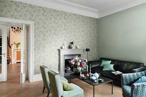 <b>KLASSISK:</b> Lyst, lett og småblomstret tapet gir en klassisk, romantisk stemning i rommet. Tapet fra Borge.