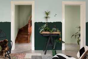<b>TO FARGER:</b> En vegg malt i to farger setter stemningen i entreen. Farger fra Nordsjö.