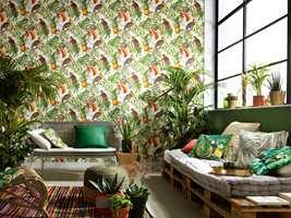 <b>FUGLER:</b> Blant alt det grønne bladverket som pryder mange av tapetnyhetene som kommer, er det også mye innslag av fargerike fugler. Tapetet Paradiso er blant årets første nyheter fra Fantasi Interiør. (Foto: Fantasi Interiør)