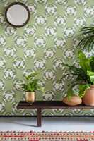 <b>GRØNT PÅ GRØNT:</b> Ulike nyanser av grønt ton-i-ton er en sikker oppskrift. Med små sprang mellom det grønne på planter og vegg blir uttrykket dempet og rolig. Tapet fra Cole & Son/Borge. (Foto: Borge)