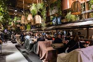 <b>CAFÉ</b>: Det grønne har vært i bevegelse en stund, og vokser i styrke. Her slapper cafégjester av i et frodig og grønt miljø på Maison&Objet i Paris i 2017. (Foto: Govin Sorel/Maison&Objet)