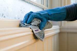 VASKEUTSTYR: Med mopp og mikrofiberklut rengjør du veggene raskt og effektivt.