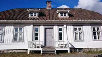<b>NATURSTEIN:</b> Et hus på en mur av naturstein oppleves som godt ankret til bakken.