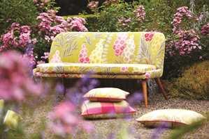 Tekstiler fra kolleksjonen Delphine fra Harlequin/Tapethuset er også fint som sofatrekk.