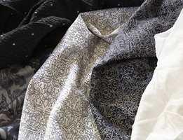 Kontrastfargene sort og hvitt har vært populære en lengre periode og er fortsatt svært moderne. Mønstrene går gjerne i stiliserte naturmotiver og barokkblomster.