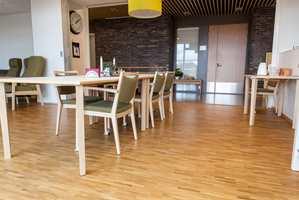 <b>KOS:</b> Stein på veggene. Tre på gulvet. Det er en naturlig stemning i det nye huset i Asker. Beboere og ansatte kan kose seg med trivelige spiseplasser i hver av de tre etasjene.