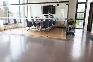 <b>GLASSHUS:</b> Møterommene på Gullhella bo- og aktivitetssenter er rammet inn i glass. På gulvene ligger tregulv. Utenfor finner vi gummigulvet fra Nora.