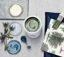 <b> «INNRED MED GULLKANT» </b>er en rik blå palett inspirert av blågrønne toner fra havet og skogen.