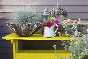 <b>GULT ER KULT:</b> Et gult bord lyser opp utemiljøet. (Foto: Trine Midtsem/ifi.no)