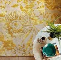 <b>PÅ TEPPET:</b> Det mønstrete, gylne Coquette Zest-teppet fra Harlequin gir et lunt og elegant preg til hjemmet. Føres av Tapethuset.