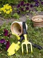 Hagearbeidet blir litt lystigere med gult redskap. Både lakk og maling kan brukes til dette formålet. Her er det brukt produkter fra Nordsjö.