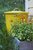 Den gamle kompostbøtten fra IKEA ble kul med gul Quick Emaljelakk fra Scanox.