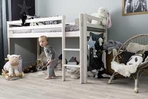 <b>VINYL:</b> Med vinyl på barnerommet dempes trinnlyden betraktelig. Det at det også tåler vann, gjør vinylbelegg til et perfekt gulv på barnerommet. Her er Gerflors vinyl «Texline». (Foto: Gerflor)
