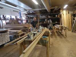 <b>GULVLISTER:</b> Nicolay Ekjord er møbelsnekker og selger. Her farger han 1,2 kilometer eikelister som skal til Kvitfjell.