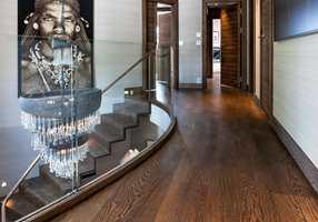 <b>SPESIALTILPASNING:</b> Element Studio leverer gulv, trapper, lister og terskler i samme materiale og innfarging.