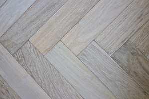 <b>HOT:</b> Gulv i fiskebeinmønster er en av de hotteste trendene på gulvfronten for øyeblikket. En eksklusiv look skapes med plank i heltre fra Element Studio.