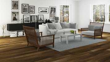 <b>EIK:</b> Fordi eik er et robust og hardt materiale, er det det mest brukte treslaget til gulv i dag. Dette gylnebrune gulvet er Arena fra Alfort.