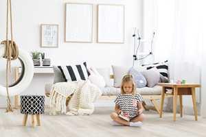 <b>MYKT OG GODT:</b> Med kork på gulvet får barna et behagelig rom med god akustikk. Det isolerer og gir god motstand mot riper og hakk. Her er WoodGo Washed Moon Oak fra Wicanders, som føres av Farveringen.