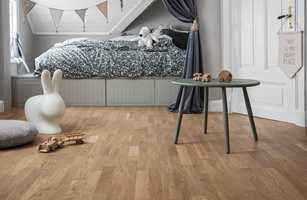 <b>NATURLIG:</b> Parkett er lunt og godt å gå på. Det er det mest naturlige gulvet du får. Dette heter Shade Oak Soft Beige og er fra Tarkett.