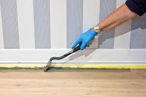 Bruk en langpensel og legg på et fyldig strøk maling inntil listen, du sparer tid og knær.