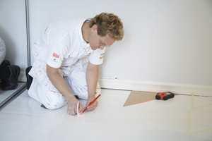 Start med å tegne opp mønsteret på gulvet med en blyant og linjal. En lasermåler er et hendig og greit hjelpemiddel, men en tradisjonell krittsnor gjør også jobben. Bruker du en slik snor bør du imidlertid skifte ut de sterke fargepigmentene, og heller bruke vanlig kritt, som ikke setter like sterke merker.