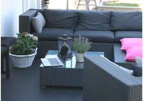 <b>SMART </b>Her er Lounge lagt på terrassen, og gir et stabilt, praktisk og stilig utegulv.
