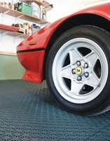 <b>STERKT OG PENT</b> Her er det orden i garasjen! Gulvet er slitesterkt og lett å holde rent. Hestra fra IBG.