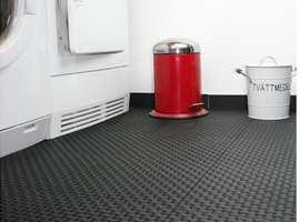 <b>STILIG</b> Tøffe og praktiske gulvfliser, som dekker det ikke så pene betonggulvet på vaskerommet. Lounge fra Duri Fagprofil.