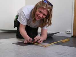 <b>OPTIMIST:</b> Petter Isaksen (20) måler og skjærer. Han er lærling i gulvleggerfaget. – Jeg er sikker på at det alltid vil være jobb for flinke fagfolk, sier han.